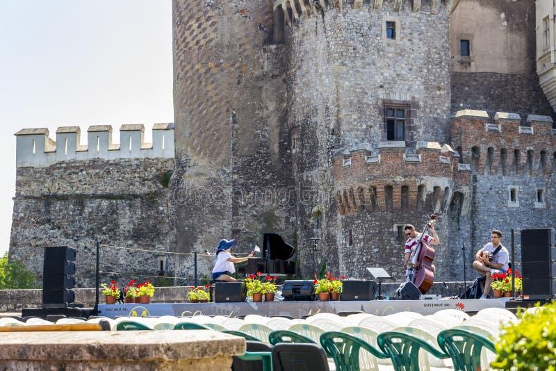 Overlegrepetitie buiten een kasteelmuren stock fotografie