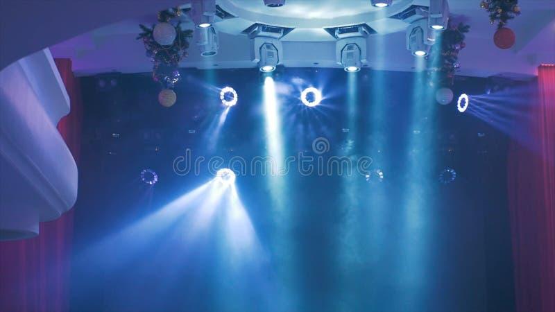 Overlegverlichting tegen een donkere ilustration als achtergrond Schijnwerper op stadium Vrij stadium met lichten, verlichtingsin stock fotografie