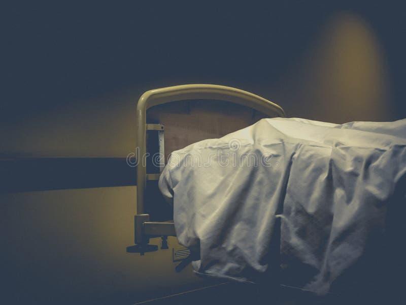 Overlijdt in een het ziekenhuisbed royalty-vrije stock afbeeldingen