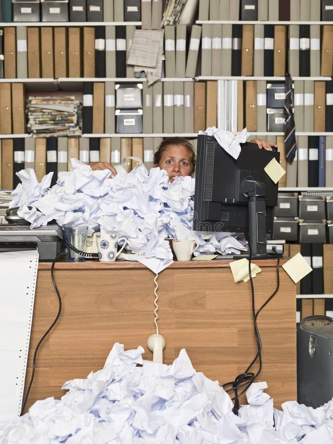 Overloaded affärskvinna arkivbild