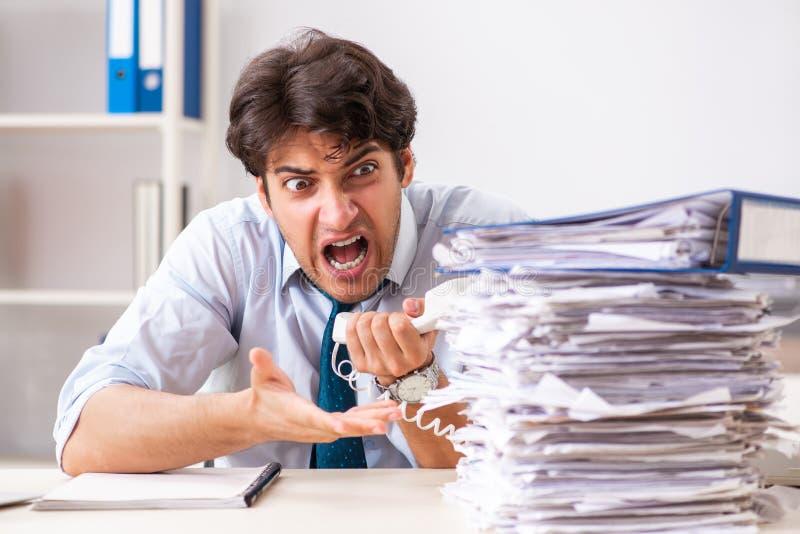 Overloaded ruchliwie pracownik z zbyt dużo papierkowej roboty i pracą zdjęcia royalty free