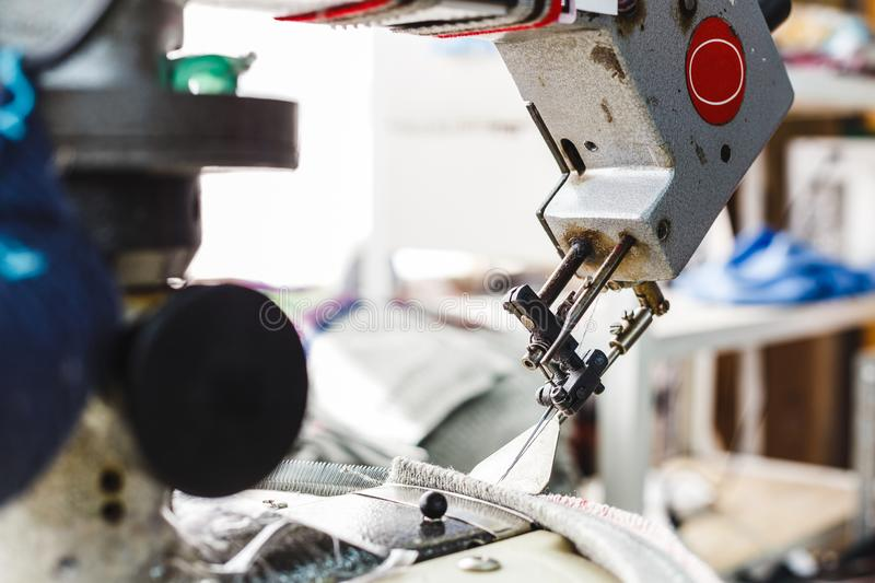 Overlock naaimachine - mening over werkplaats en machine stock fotografie