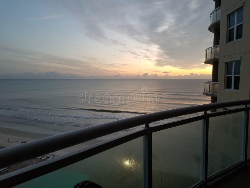 Overlook oceanico da condo e tramonto fotografia stock