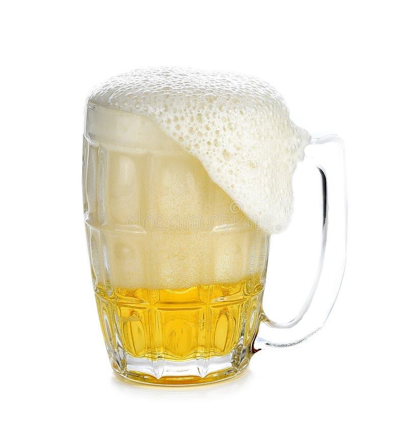 Overlopend bierglas, die witte achtergrond houden royalty-vrije stock foto's