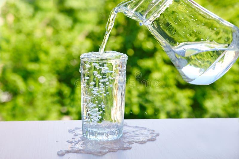 Overlopend water in een glas royalty-vrije stock fotografie