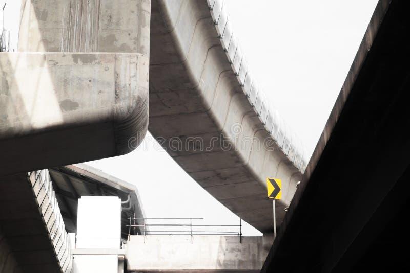 Overpass και δρόμος εθνικών οδών στο επίπεδο ύφος Σύγχρονο αστικό υπόβαθρο ιδέας ζωής εννοιολογικό στοκ φωτογραφία με δικαίωμα ελεύθερης χρήσης