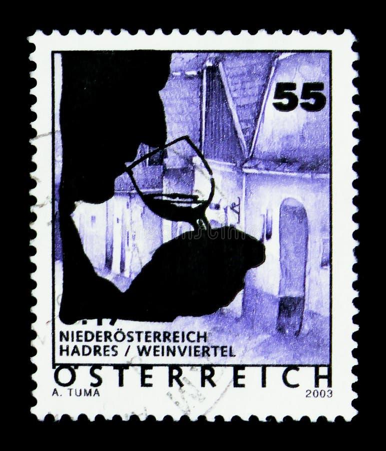 Overprinted znaczek pocztowy z nowym projektem - wina szkło, Wakacyjny kraju Australia seria około 2003, fotografia stock