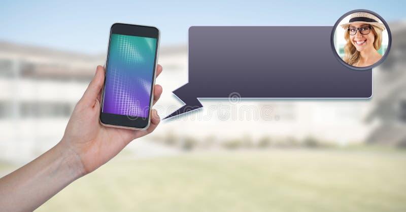 Overseinen App op telefoon ter beschikking met praatjeprofiel stock fotografie
