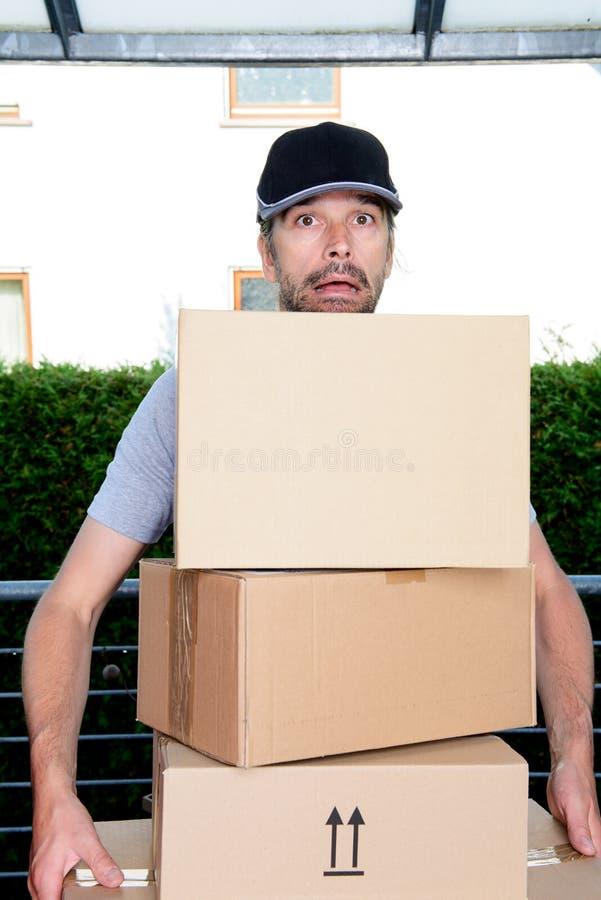 Overspannen brievenbesteller met pakketten royalty-vrije stock foto