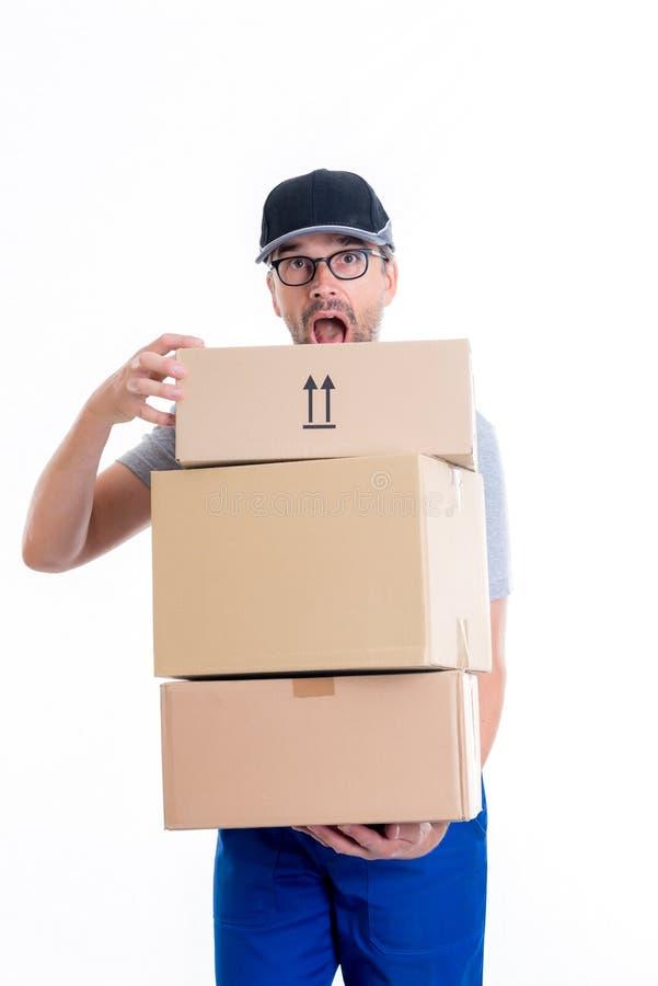 Overspannen brievenbesteller met pakketten royalty-vrije stock afbeeldingen