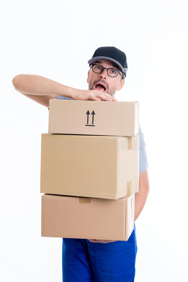 Overspannen brievenbesteller met pakketten stock afbeelding