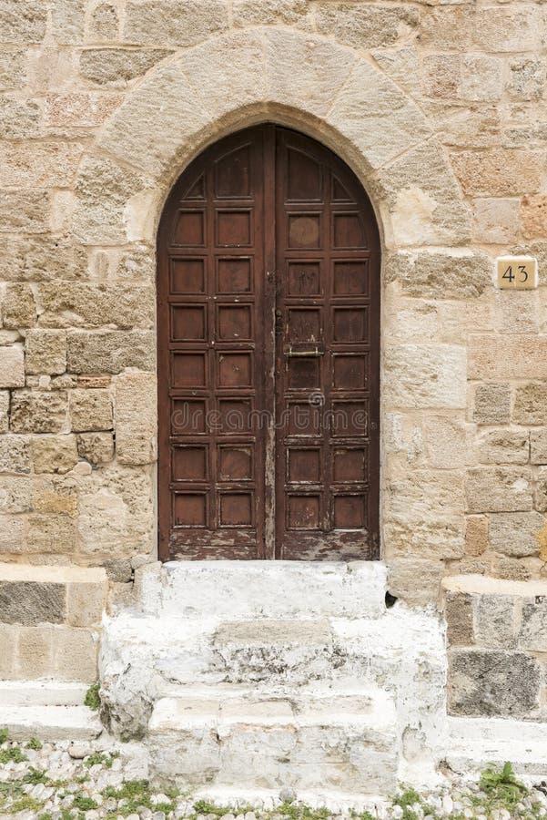 Overspannen deur en Cobbled-Straat oude stad Rhodos stock foto's