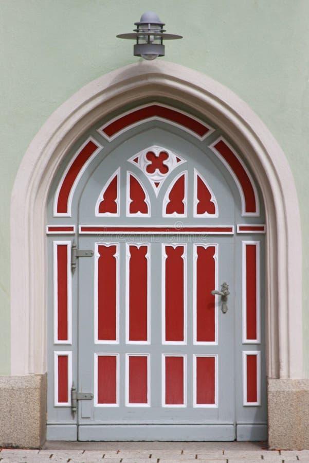 Overspannen kerkdeur in rood en grijs royalty-vrije stock foto's