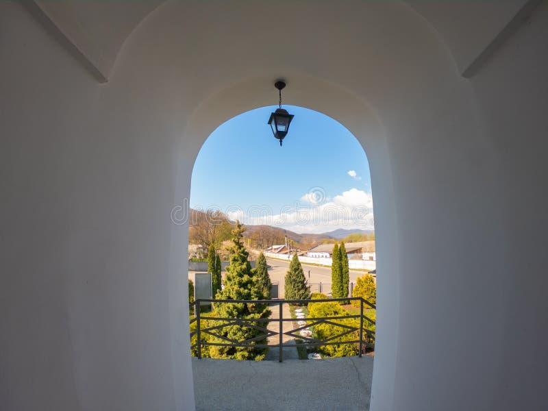 Overspannen venster met mening aan herfst alpien landschap, heldere zonneschijn royalty-vrije stock afbeelding