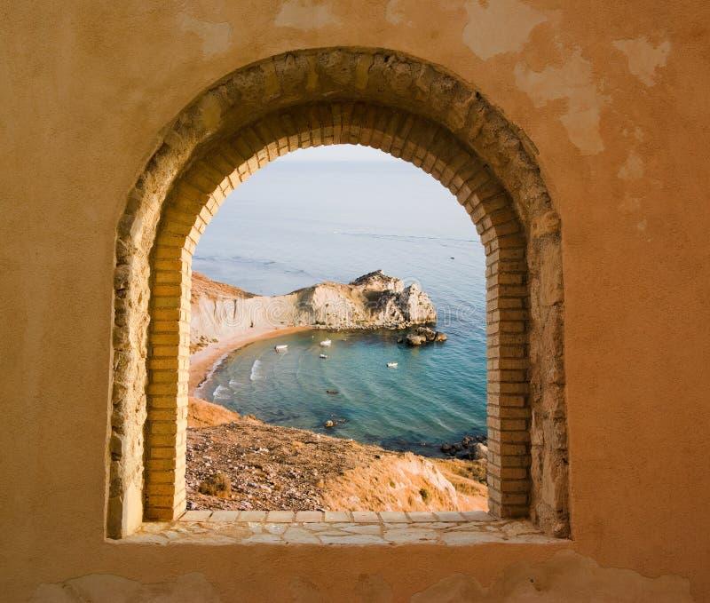 Overspannen vensterlandschap van een baai royalty-vrije stock afbeelding