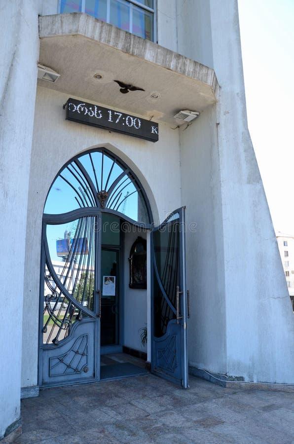 Overspannen weerspiegelende ingangsdeur aan Roman Catholic Church Batumi Georgia royalty-vrije stock afbeeldingen