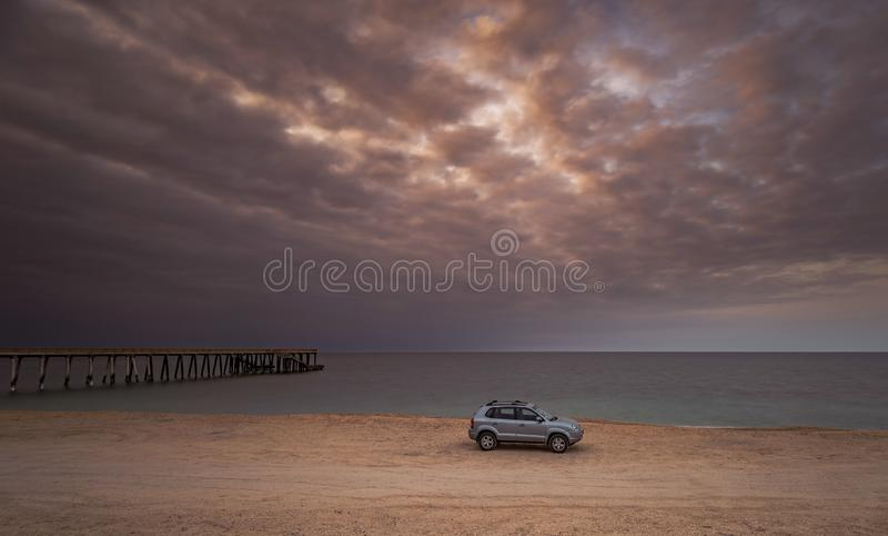 Oversteekplaats Hyundai Tucson op overzeese kust royalty-vrije stock afbeeldingen