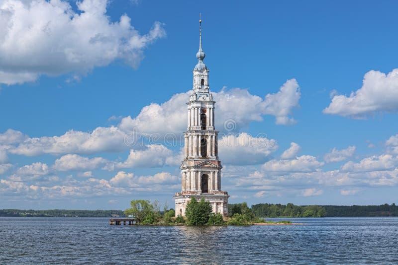 Overstromde Belfry op de Volga rivier in Kalyazin, Rusland stock foto