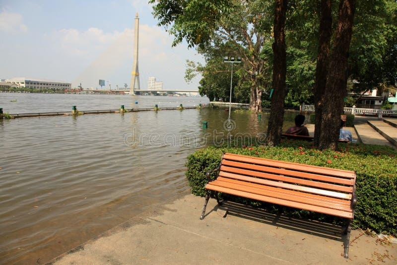 Overstromend in Bangkok, Rama 8 Brug, Thailand stock foto