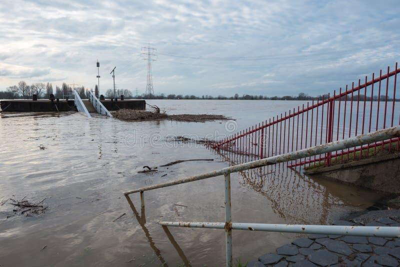 Overstroming in de winter op de Rijn met een brug en wrakstukken royalty-vrije stock afbeelding