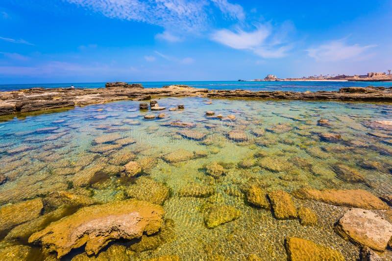 Overstroomd in de overzeese ruïnes van haven van Koning Herod stock foto