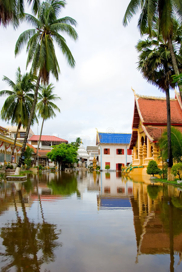 Overstroomde boeddhistische tempel stock foto's