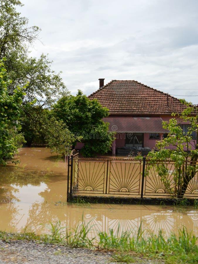 Overstroomde huizen en binnenplaatsen stock afbeelding