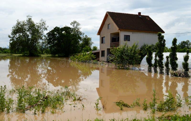 Overstroomde huizen en binnenplaatsen stock afbeeldingen