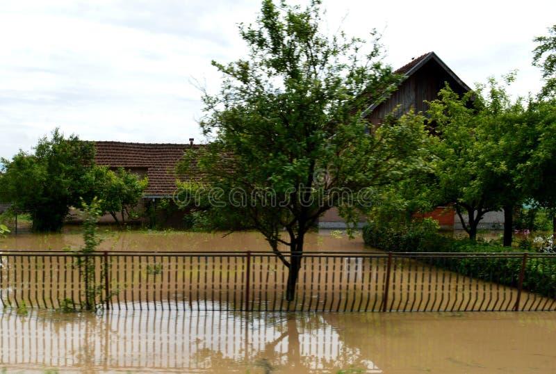 Overstroomde huizen en binnenplaatsen royalty-vrije stock afbeelding