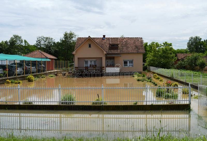 Overstroomde huizen en binnenplaatsen stock foto
