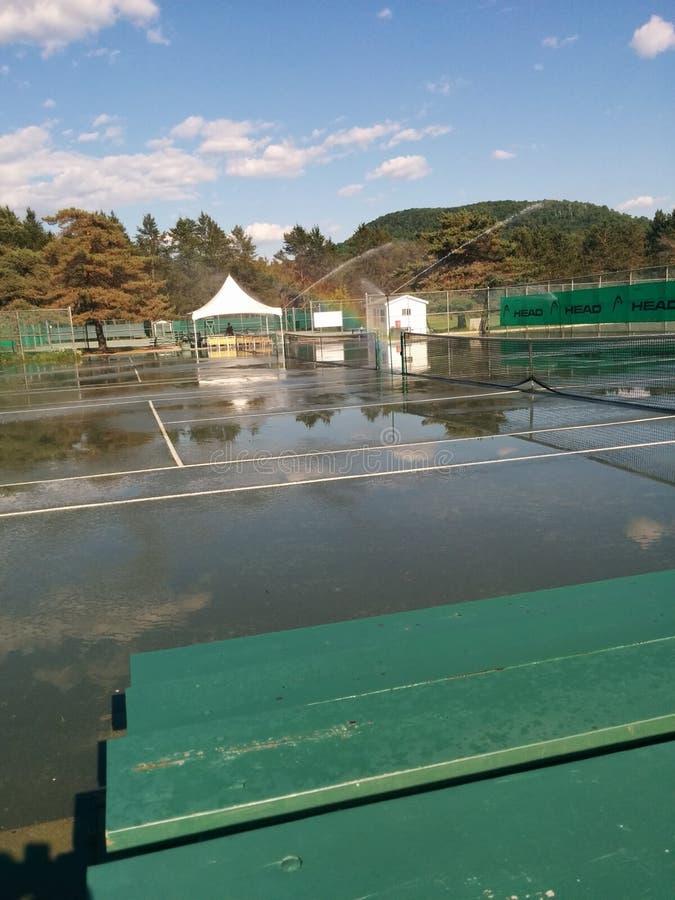 Overstroomde lege tennisbaan royalty-vrije stock fotografie