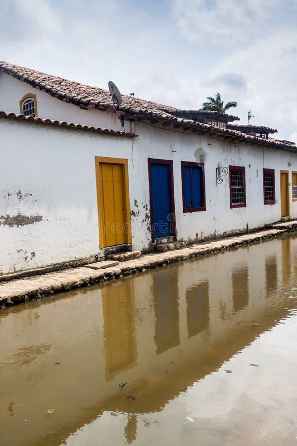 Overstroomde straat in koloniale stad Paraty stock afbeeldingen