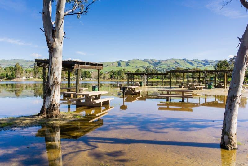 Overstroomde weide en picknicklijsten, Cunningham Lake, San Jose, baai de Zuid- van San Francisco, Californië stock foto