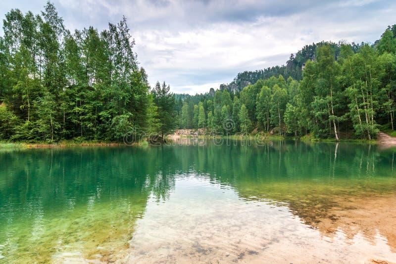 Overstroomde zandsteensteengroeve in het natuurreservaat Adrspach royalty-vrije stock afbeeldingen