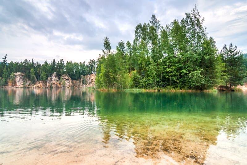 Overstroomde zandsteensteengroeve in het natuurreservaat Adrspach royalty-vrije stock foto's