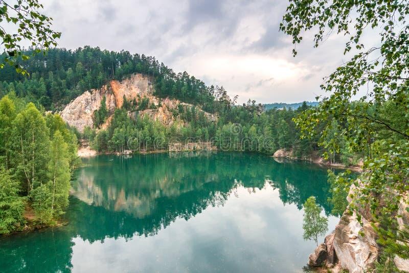 Overstroomde zandsteensteengroeve in het natuurreservaat Adrspach stock fotografie