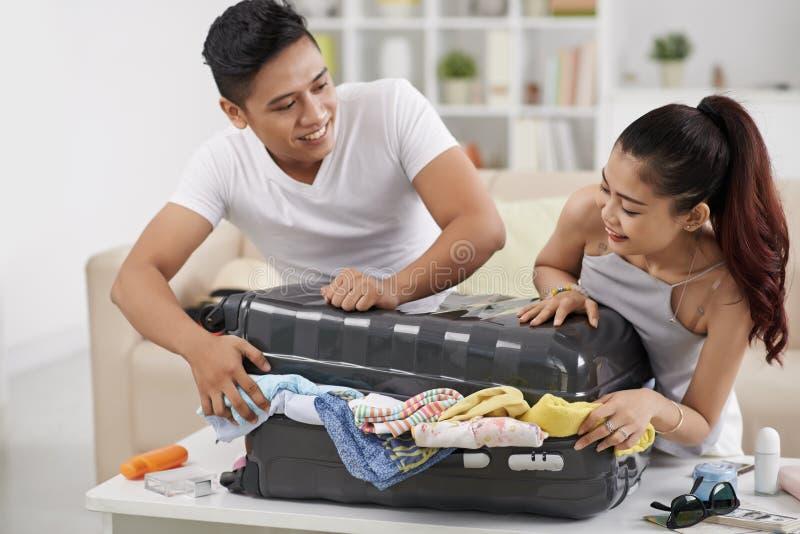 Overstuffed чемодан стоковое изображение