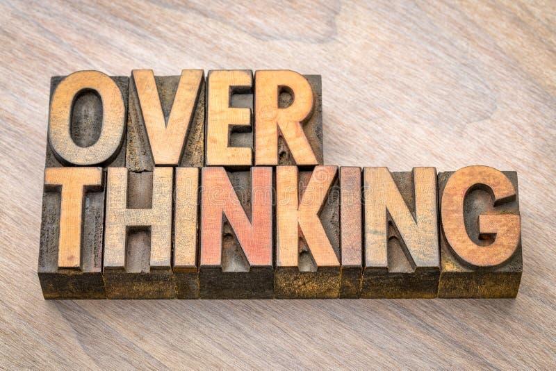 Overthinking在木类型的词摘要 免版税库存图片