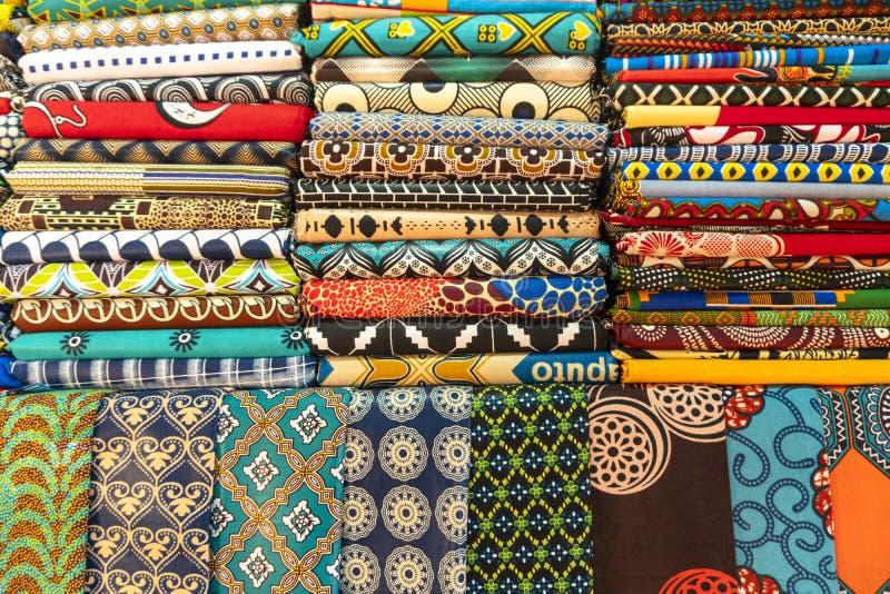 Overvloed van kleurrijke Afrikaanse stoffen stock afbeelding