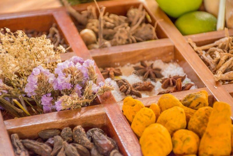 Overvloed van smaakstoffen, species en specerijen in de houten doos royalty-vrije stock foto's