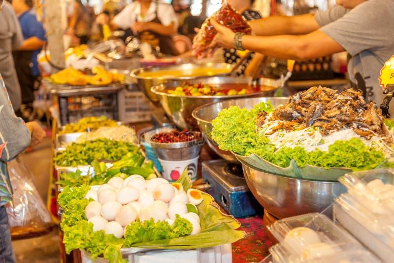 Overvloed van Thais straatvoedsel bij het drijven markt royalty-vrije stock foto's