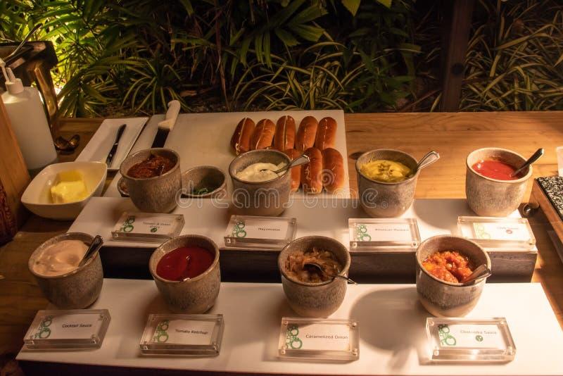 Overvloed van verschillende sausen tijdens de internationale opstelling van het keukendiner in openlucht bij het eilandrestaurant royalty-vrije stock foto's