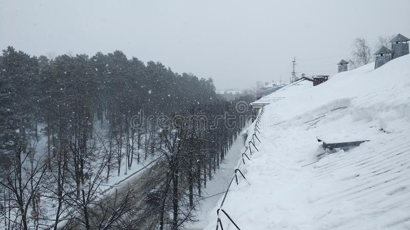 Overvloedige sneeuwval aan het eind van de winter in de Siberische stad stock afbeeldingen