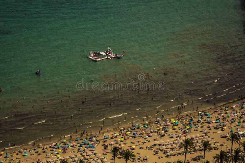 Overvol strand met een blauwe Middellandse Zee die van een heuvel wordt gezien stock afbeeldingen