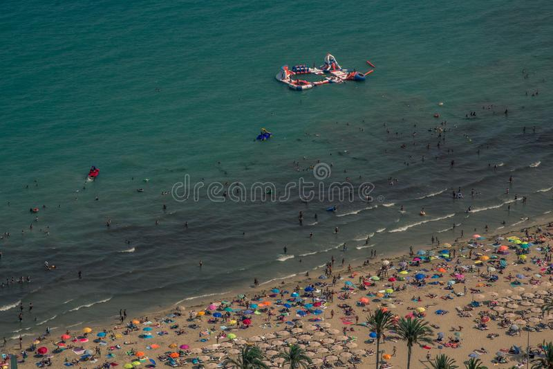 Overvol strand met een blauwe Middellandse Zee die van een heuvel wordt gezien stock afbeelding