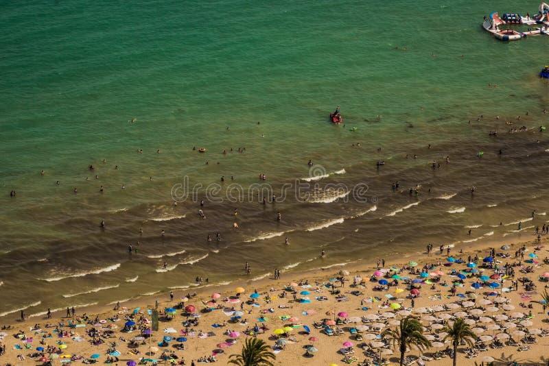 Overvol strand met een blauwe Middellandse Zee die van een heuvel wordt gezien stock foto