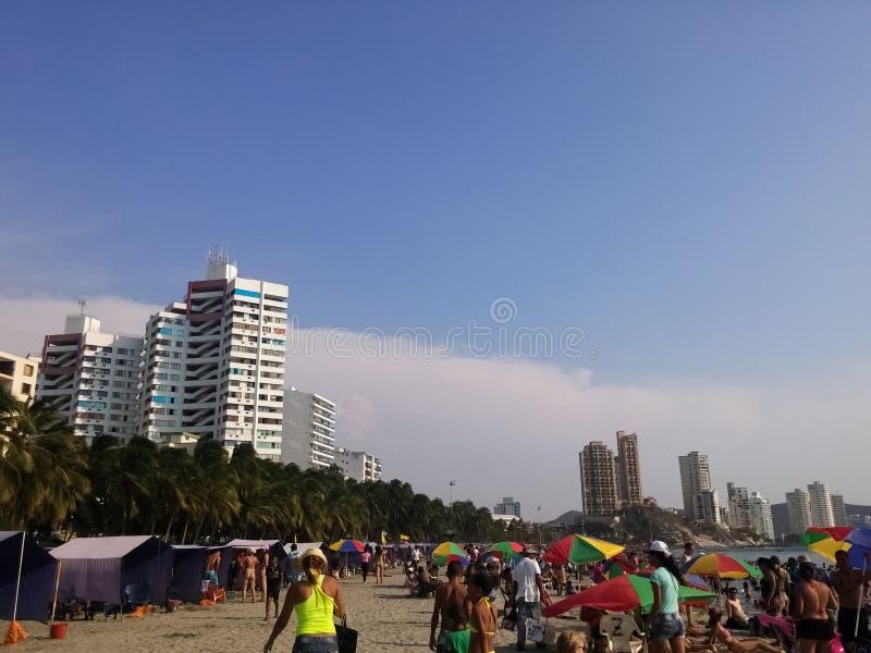 Overvol strand van het hoogtepunt van Gr Rodadero van toeristen en mensen op vakanties royalty-vrije stock fotografie