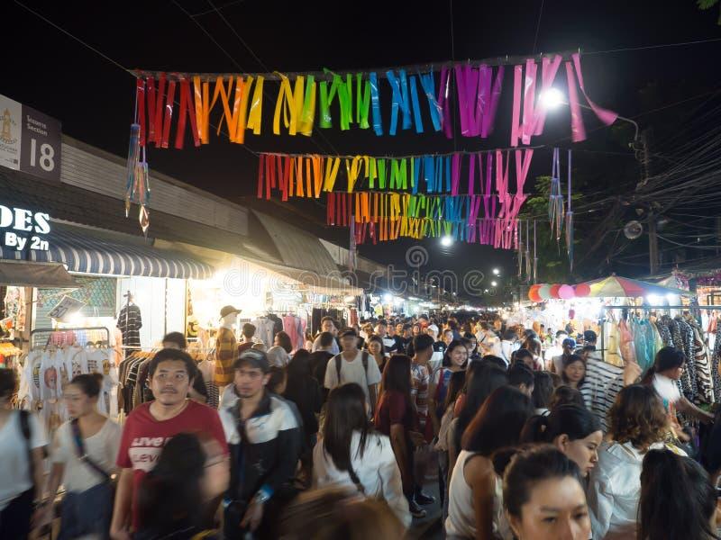 Overvolle mensen bij Chatuchak-markt in nacht royalty-vrije stock afbeelding