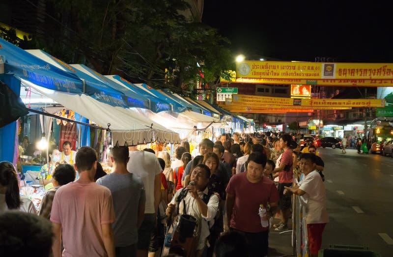 Overvolle mensen bij een nachtmarkt op Yaowarat-weg of de stad van China van Thailand stock foto's