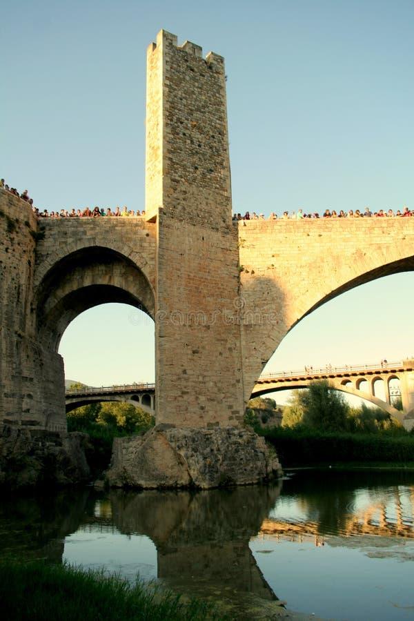 Overvolle oude brug over een rivier stock fotografie